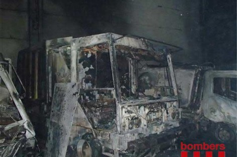 Un incendio destruye en Argentona una nave llena de vehículos