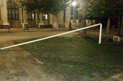 Derribada a golpes de hacha la estelada de la plaza del Ayuntamiento de Vilassar de Mar