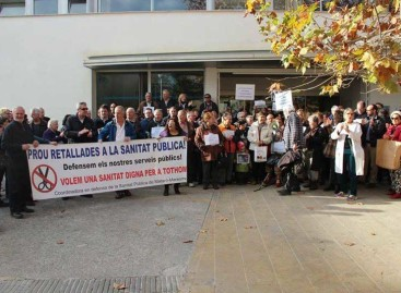 Manifestación ante el CAP de Arenys de Mar para protestar por los recortes sanitarios