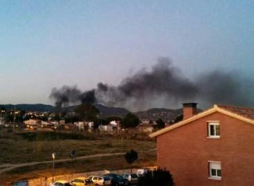 Incendio en la fábrica abandonada de Can Mercadal, en Premià de Dalt
