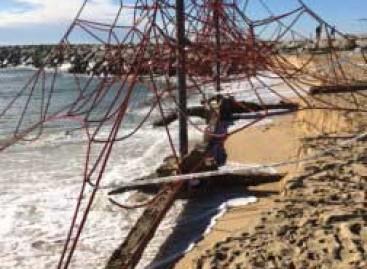 La tormenta hunde un pantalán del puerto de Mataró y daña las playas