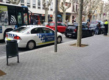 Un policía que podría ser multado mientras multa en Mataró