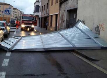 Un techo metálico se desploma sobre una calle de Malgrat sin provocar daños