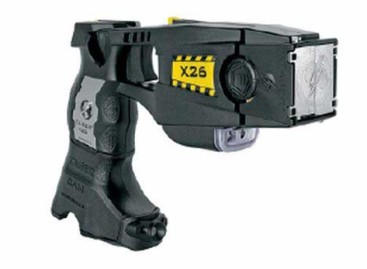 La policía de Arenys de Mar empieza a patrullar con una pistola eléctrica dotada de cámara de video