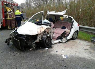Un muerto y un herido grave en un choque frontal entre un coche y un camión en Palafolls