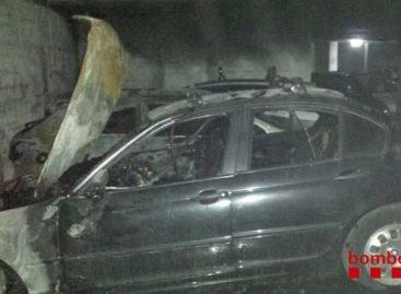 Un incendio calcina completamente dos coches en el interior de un parking de Mataró