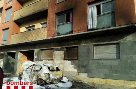 Un incendio en un coche obliga a desalojar un bloque de viviendas en Tordera