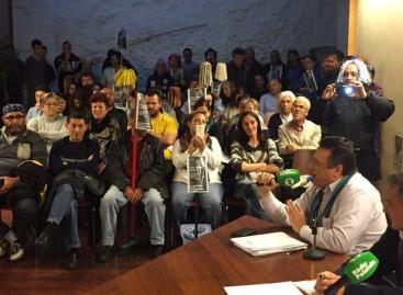 Manifestación con fregonas contra el regidor del PP de Palafolls
