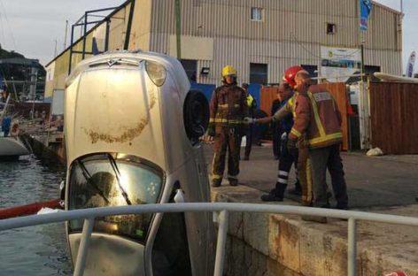 Un vehículo se desfrena y cae al agua en el Puerto de Arenys de Mar