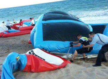 El viento se lleva el parque acuático hinchable de la playa de Malgrat hasta Blanes