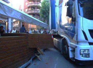 Un camión choca contra una terraza de bar en Arenys de Mar y provoca un herido