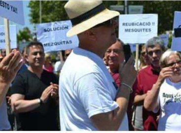 Doscientas personas cortan la N-II en Pineda en protesta por la mezquita