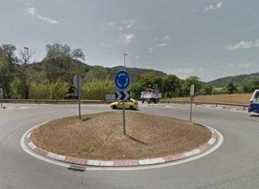 Un hombre que triplicaba la tasa de alcohol se estrella contra una rotonda en Palafolls