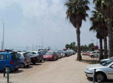 Mossos y policía de Premià de Mar refuerzan la vigilancia de los vehículos estacionados en la zona de playa