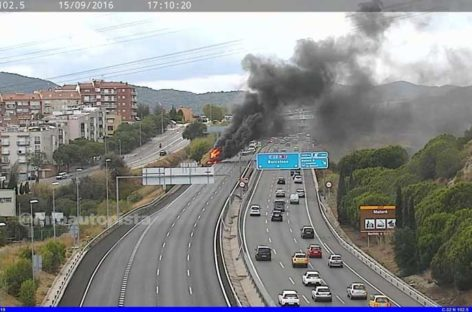 Un incendio de un vehículo en la C-32 en Mataró provoca serios problemas viarios