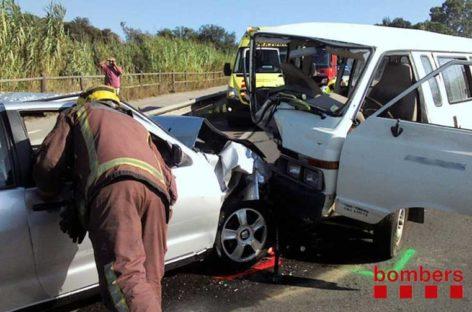 Dos heridos en un choque frontal entre un coche y una furgoneta en Tordera