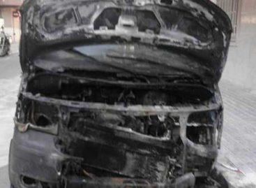 Incendian de forma intencionada una furgoneta aparcada en una calle de Premià de Mar