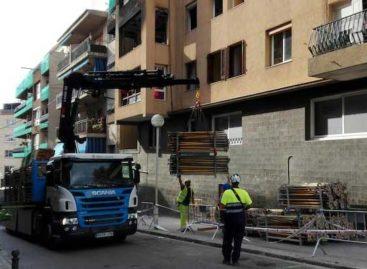 Empiezan los trabajos para apuntalar el edificio de Premià de Mar afectado por la explosión