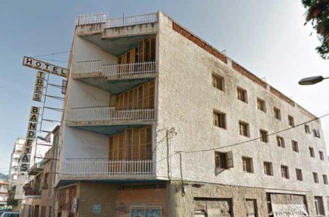 El Ayuntamiento de Pineda cierra con rejas un antiguo hotel para evitar nuevas ocupaciones