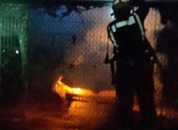 Un incendio quema diversos vehículos en un desguace de Palafolls