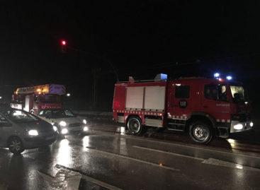Los Bomberos rescatan en Vilassar a seis personas atrapadas en una riera con sus vehículos
