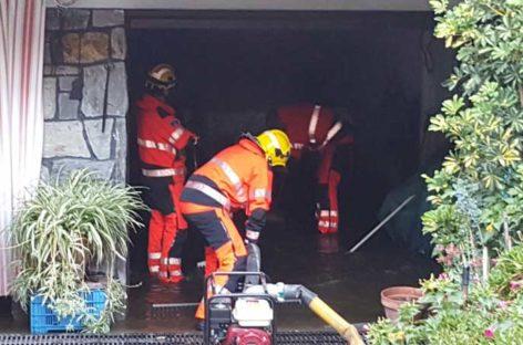 La policía de Cabrils rescata a un hombre atrapado con su coche en un torrente