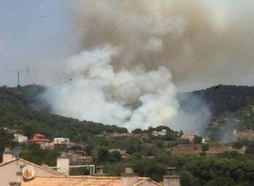 18 doraciones de bomberos y varios medios áereos combaten un incendio forestal importante en Teià