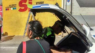 Dos regidores de la CUP de Mataró identificados por la policía local mientras pintaban un mural del 1-O