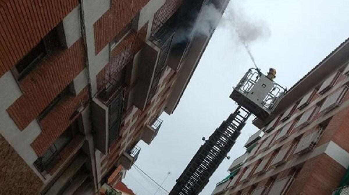 Un piso queda completamente calcinado en un incendio en Tordera
