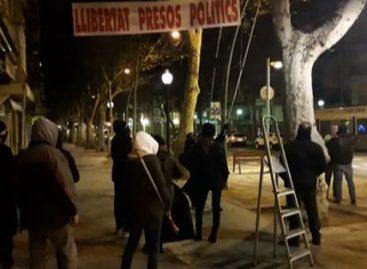Los Mossos identifican a un grupo de personas que descolgaban pancartas independentistas en Arenys de Mar