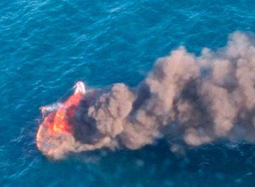Rescatan ilesos a dos vecinos de Mataró en un velero incendiado en la costa de Dénia
