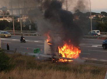 Una furgoneta cargada de flores arde completamente en la C-32, en Montgat