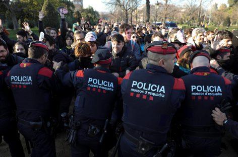 Los Mossos detienen a cuatro jóvenes en Malgrat, Arenys de Mar y Òrrius por desórdenes públicos frente al Parlament
