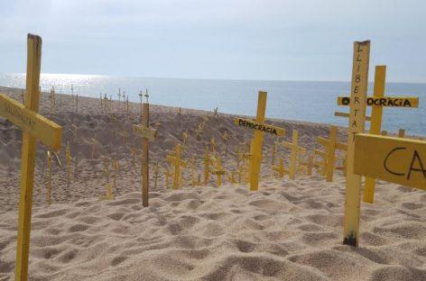 Alerta en Mataró por una convocatoria de plantar cruces amarillas en la playa este domingo