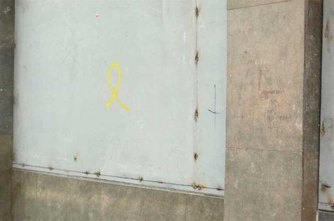 La policía de Mataró detiene a un hombre por pintar lazos amarillos en un muro