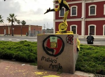 Gamberrada independentista contra el monumento de la plaza Miquel Biada de Mataró