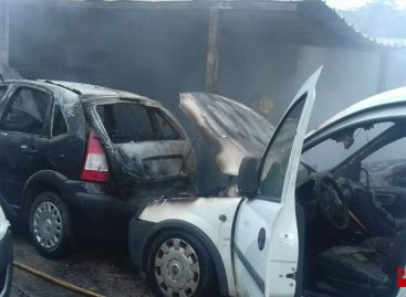 Arden cuatro coches y varias motos en un descampado de Calella