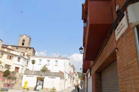 Dosrius sustituye la Plaça Espanya por Plaça de la República y la calle Salvador Dalí por la del 1 de octubre
