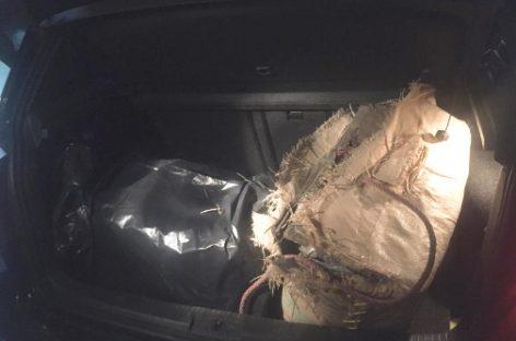 La policía de Mataró localiza 54 kilos de droga en un coche, pero el conductor logra escapar