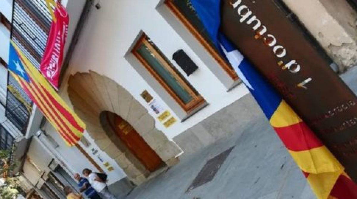 Denuncian a dos vecinos de Mataró por llevarse el monumento al 1 de octubre de Arenys de Munt