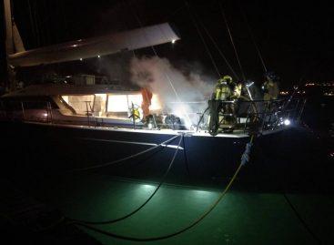 La explosión de una batería provoca un incendio en un barco amarrado en el puerto de Arenys de Mar