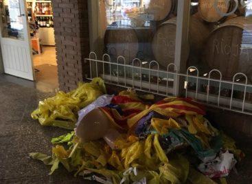 Dejan un inodoro y un montón de lazos amarillos ante el comercio del alcalde de ERC de Sant Andreu de Llavaneres