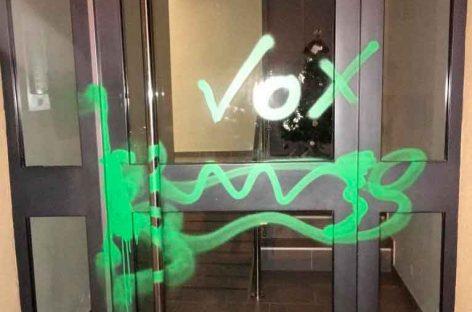 Pintan con las siglas de VOX el domicilio del alcalde de ERC de Vilassar de Dalt